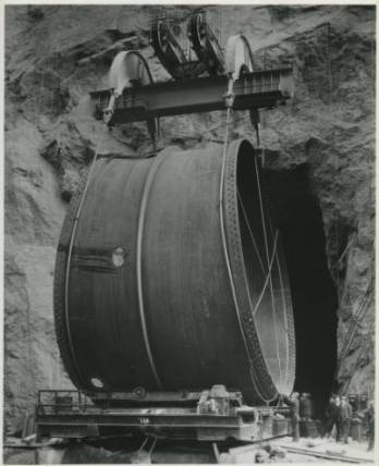Pipe_section_transport_at_the_Hoover_Dam_3